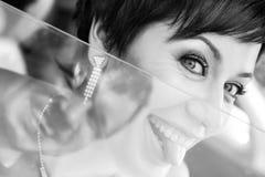 Jeune mariée drôle dans le marié de sourire de voiture Femme 35 ans mariage Photos libres de droits