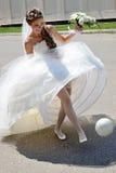 Jeune mariée du footballeur. Image stock