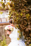 Jeune mariée en automne photos stock