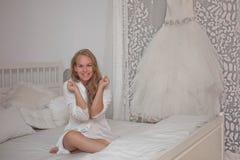 Jeune mariée enthousiaste épousant pré, Photographie stock libre de droits