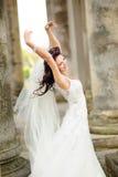 Jeune mariée entre les colonnes du château Images stock