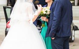 Jeune mariée et ami ayant l'amusement ensemble Images libres de droits