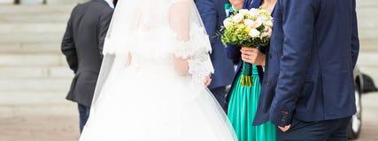 Jeune mariée et ami ayant l'amusement ensemble Image stock