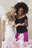 Jeune mariée et ami regardant la bague de fiançailles Photographie stock libre de droits