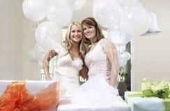 Jeune mariée et ami se tenant ensemble à la douche nuptiale Photo libre de droits