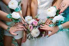 Jeune mariée et amies avec des rubans Photos stock