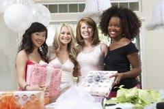 Jeune mariée et amis tenant des cadeaux Image libre de droits
