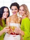 Jeune mariée et bridemaids jugeant épouser en verre avec le champagne Image stock