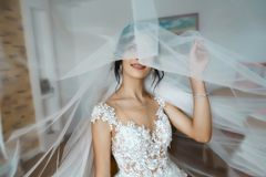 Jeune mariée et concept de épouser Le portrait d'une jeune belle jeune mariée tendre dans la robe de mariage blanche de dentelle  image libre de droits
