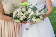 Jeune mariée et demoiselle d'honneur avec des bouquets Photos libres de droits
