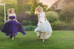 Jeune mariée et demoiselle d'honneur dehors Photographie stock libre de droits