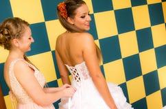 Jeune mariée et demoiselle d'honneur heureuses Image stock