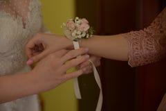 Jeune mariée et fait de l'honneur Image libre de droits