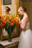 Jeune mariée et fleurs photo libre de droits