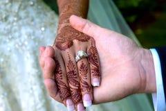 Jeune mariée et groom& x27 ; mains de s avec des anneaux de mariage Images libres de droits