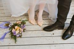 Jeune mariée et jeune marié photo stock