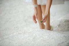 Jeune mariée et lézard Photos libres de droits