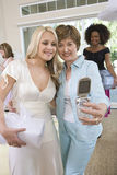 Jeune mariée et mère prenant l'autoportrait par le téléphone portable Photo libre de droits