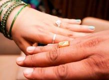 Jeune mariée et marié portant les anneaux de mariage Photographie stock