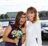 Jeune mariée et sa domestique de meilleur ami d'honneur Photographie stock libre de droits