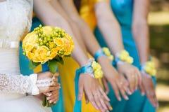 Jeune mariée et ses demoiselles d'honneur avec des bracelets sur des mains Image libre de droits
