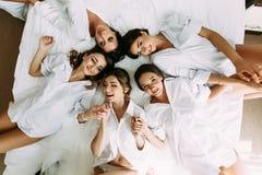 Jeune mariée et ses meilleures amies avant d'épouser Images libres de droits