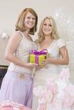 Jeune mariée et son ami tenant le boîte-cadeau chez Hen Party Image stock