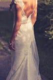 Jeune mariée extérieure dans la robe de mariage Couleurs de vintage Images stock