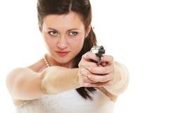 Jeune mariée fâchée avec l'arme à feu d'isolement sur le blanc Photos stock