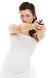 Jeune mariée fâchée avec l'arme à feu d'isolement sur le blanc Photos libres de droits