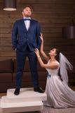 Jeune mariée faisant la proposition de mariage au marié photo libre de droits