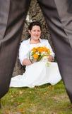 Jeune mariée flirtant avec le nouveau mari Images libres de droits