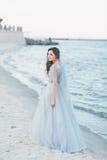 Jeune mariée gaie au bord de la mer Photographie stock