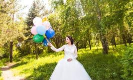 Jeune mariée gaie avec le groupe de ballons Images libres de droits