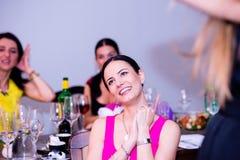 Jeune mariée gaie et demoiselles d'honneur célébrant la partie de poule avec des boissons Photographie stock libre de droits