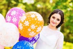 Jeune mariée gaie posant avec le groupe de ballons Image libre de droits