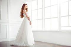 Jeune mariée heureuse à l'intérieur Photographie stock