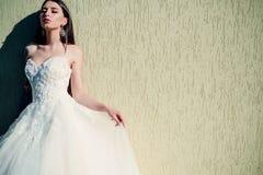 Jeune mariée heureuse avant le mariage Belles robes les épousant dans la boutique Robe de mariée merveilleuse la femme se prépare photo stock