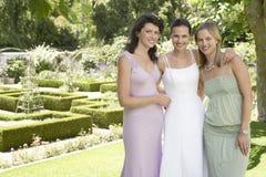 Jeune mariée heureuse avec des amis dans le jardin Photographie stock