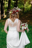 Jeune mariée heureuse avec la guirlande de bouquet et de fleur photos stock
