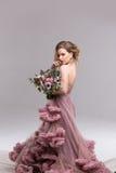 Jeune mariée heureuse avec le bouquet de fleur Photographie stock