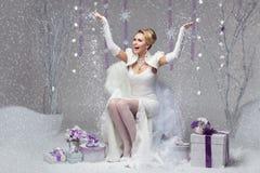 Jeune mariée heureuse d'hiver Photographie stock
