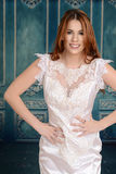 Jeune mariée heureuse dans la robe de dentelle Image stock