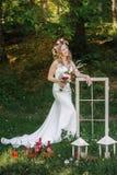 Jeune mariée heureuse dans une belle guirlande sur la pose de nature Images libres de droits