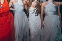 Jeune mariée heureuse et demoiselles d'honneur élégantes dansant et ayant l'amusement à nous Photos stock