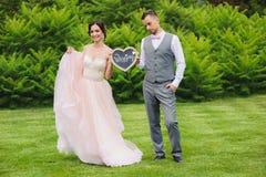 Jeune mariée heureuse et marié triste Images libres de droits