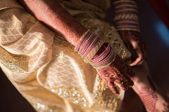 Jeune mariée indienne de Telugu avec des bracelets Photographie stock