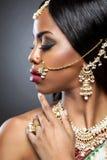 Jeune mariée indienne exotique habillée pour épouser images stock