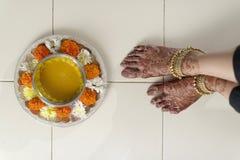 Jeune mariée indoue indienne avec la pâte de safran des indes sur le visage. Photographie stock libre de droits