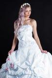 Jeune mariée luxueuse dans la robe de mariage photo stock